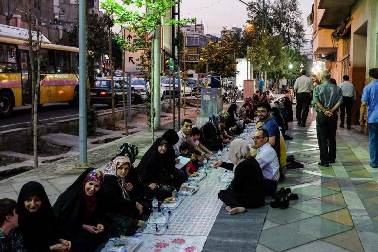 توزیع افطاری ساده در میادین پرتردد تهران