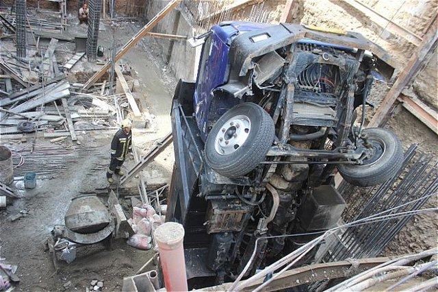 تصادف کامیون با پل عابر، خیابان رجایی را مسدود کرد