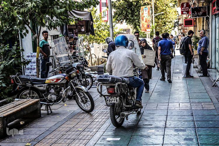 برخورد پلیس با حرکت وسایل نقلیه در پیادهروها