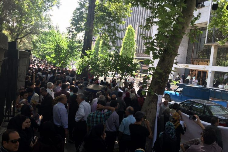 تجمع رانندگان آژانس مقابل شورای شهر تهران/ اعتراض به نرخهای طرح ترافیک