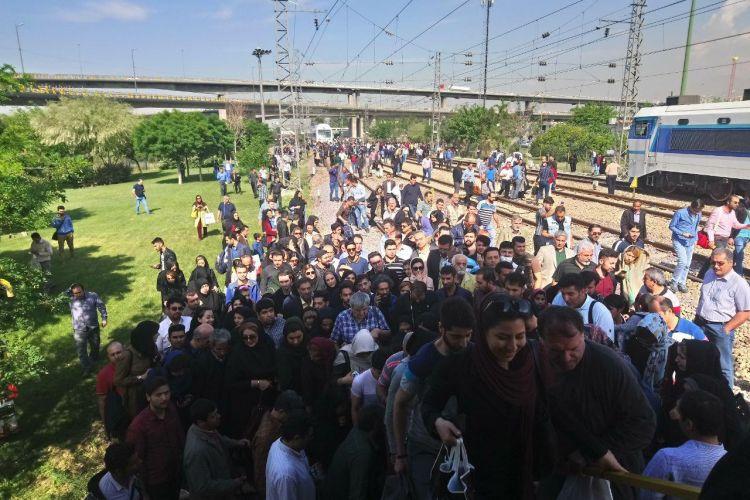 واکنش رئیس کمیسیون حمل و نقل شورا به حادثه صبح امروز مترو و سرگردانی مسافران در ریل های قطار