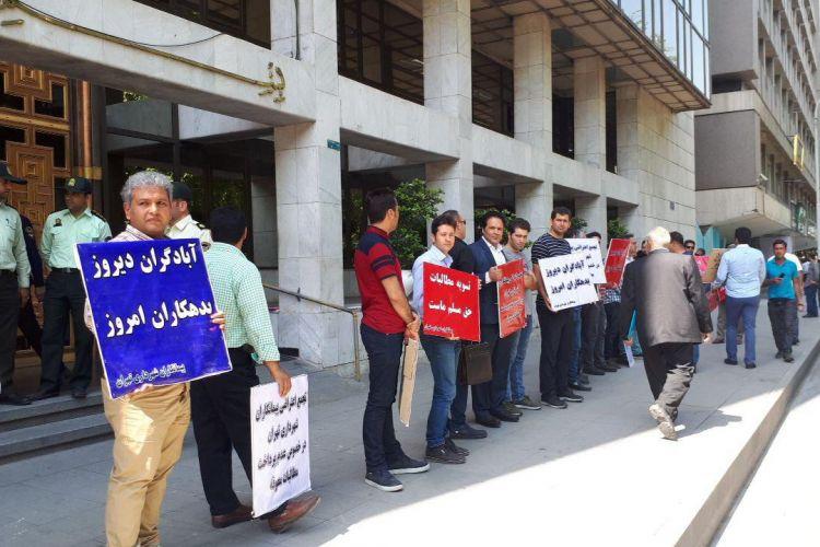تجمع پیمانکاران شهرداری مقابل ساختمان شورا