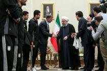 اهدای پیراهن شماره 12 تیم ملی فوتبال ایران به رییس جمهور